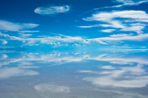 鏡張りのウユニ塩湖の写真素材 [FYI04050574]