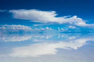 鏡張りのウユニ塩湖の写真素材 [FYI04050575]