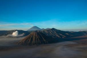 早朝のブロモ山とスメル山の写真素材 [FYI04050576]