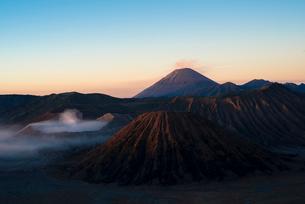早朝のブロモ山とスメル山の写真素材 [FYI04050577]