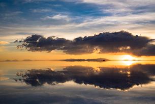 夕日のウユニ塩湖の写真素材 [FYI04050587]