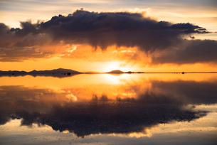 夕日のウユニ塩湖の写真素材 [FYI04050589]