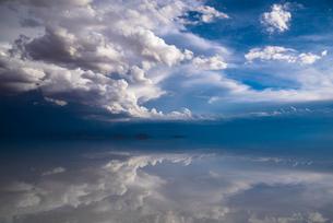 鏡張りのウユニ塩湖の写真素材 [FYI04050593]