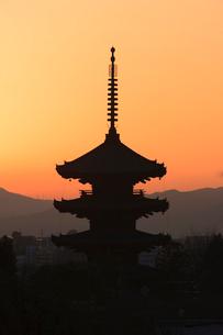 八坂の塔と夕景の写真素材 [FYI04050617]