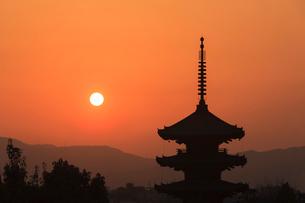 八坂の塔と落日の写真素材 [FYI04050618]