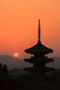 八坂の塔と落日の写真素材 [FYI04050622]