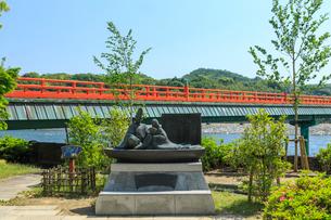 源氏物語のモニュメントと朝霧橋の写真素材 [FYI04050751]