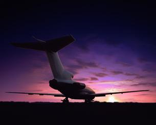 朝日と旅客機の写真素材 [FYI04050851]