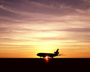 夕日とジャンボ機の写真素材 [FYI04050852]
