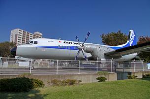 航空公園駅前広場 展示されているYS-11旅客機の写真素材 [FYI04050885]