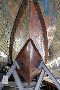展示される九州南西海域不審船の写真素材 [FYI04050952]