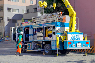 防災訓練の警視庁広域レスキュー車の写真素材 [FYI04050960]