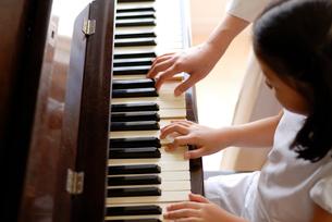ピアノのレッスンの写真素材 [FYI04051094]
