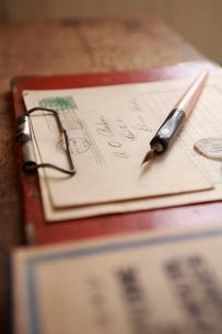古いペンと便箋と封筒の写真素材 [FYI04051104]