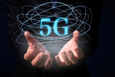 スーツを着た男性の手と複数の光の曲線と5Gの文字の写真素材 [FYI04051263]