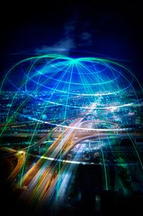 交わる高速道路の夜景と放射線状の光線の写真素材 [FYI04051403]