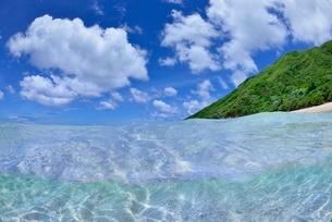 半水面の宮古島の海の写真素材 [FYI04051422]