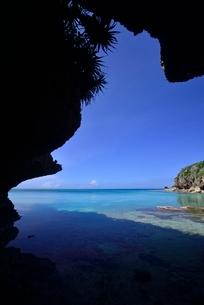 岩陰から見る風景の写真素材 [FYI04051492]