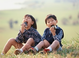 日本人の男の子と女の子の写真素材 [FYI04051513]