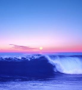 波と朝日の写真素材 [FYI04051595]