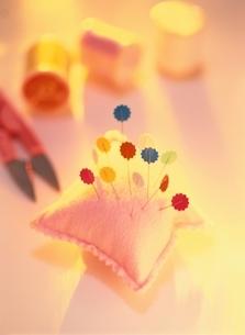 針やまに刺したマチ針とハサミと糸の写真素材 [FYI04051618]
