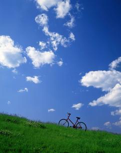 高原と赤い自転車の写真素材 [FYI04051663]