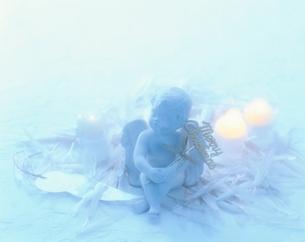 キャンドルと天使の写真素材 [FYI04051707]