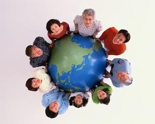 地球儀を囲んで見上げる三世代9人の日本人親子の写真素材 [FYI04051732]