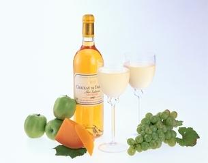 白ワインとぶどうとチーズの写真素材 [FYI04051754]