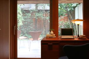 窓際のデスクの写真素材 [FYI04051783]
