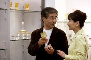 買い物をする熟年夫婦の写真素材 [FYI04051808]