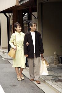 買い物をする熟年夫婦の写真素材 [FYI04051819]