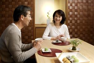和菓子とお茶を楽しむ熟年夫婦の写真素材 [FYI04051827]