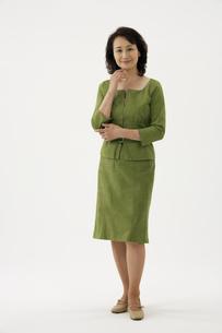 スーツ姿の熟年女性の写真素材 [FYI04051843]
