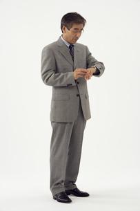 スーツ姿の熟年男性の写真素材 [FYI04051847]