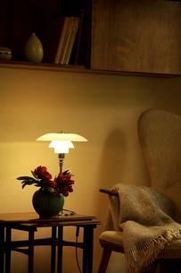 ランプが灯る居間の写真素材 [FYI04051853]