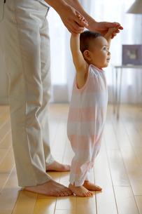 歩く練習をする赤ちゃんの写真素材 [FYI04051875]