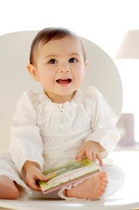 椅子に座っている赤ちゃんの写真素材 [FYI04051885]