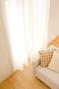 リビングルームのソファーとカーテンの写真素材 [FYI04051979]