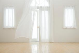 なびくカーテンの写真素材 [FYI04051985]