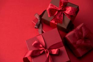 赤色のラッピングのプレゼントの写真素材 [FYI04052038]