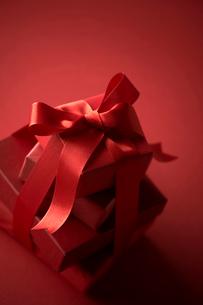 赤色のラッピングのプレゼントの写真素材 [FYI04052041]
