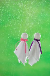 てるてる坊主と雨の写真素材 [FYI04052122]