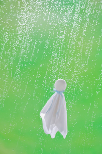 てるてる坊主と雨の写真素材 [FYI04052126]