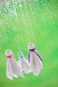てるてる坊主と雨の写真素材 [FYI04052127]