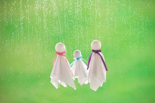 てるてる坊主と雨の写真素材 [FYI04052129]