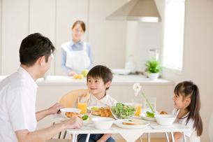 朝食の食卓を囲む家族の写真素材 [FYI04052150]