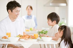 朝食の食卓を囲む家族の写真素材 [FYI04052151]