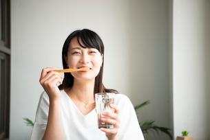 歯磨きをしている女性の写真素材 [FYI04052156]