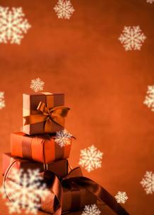 クリスマスプレゼントと雪の写真素材 [FYI04052194]
